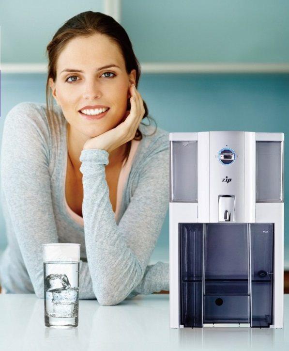 Kvinde står foran zip omvendt osmoseanlæg